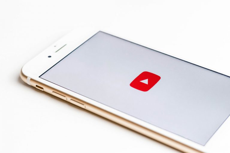 Foto eines Smartphones mit YouTube-Button