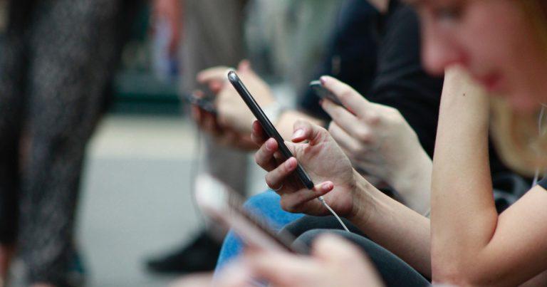 Foto: Hände und mobile Telefone