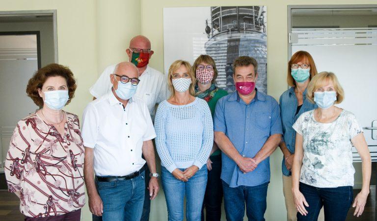 Gruppenfoto mit Maske