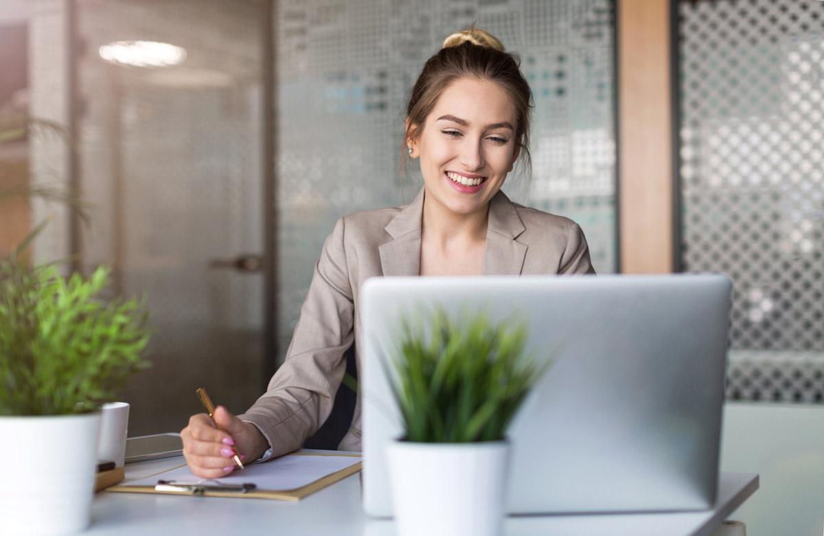 Foto: Junge Frau am Notebook im Büro
