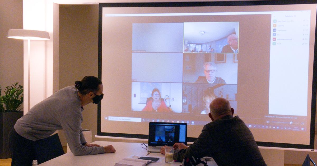 Foto: technische Vorbereitungen fürs Hybrid-Meeting