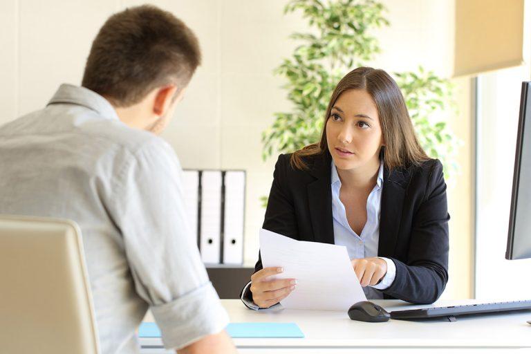 Foto Mann und Frau am Schreibtisch im Gespräch