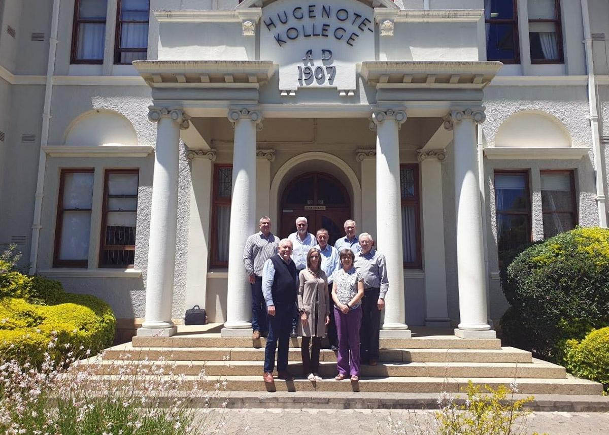 Foto: Gruppe vorm Eingang des Hugenote Kollege, Wellington, South Africa