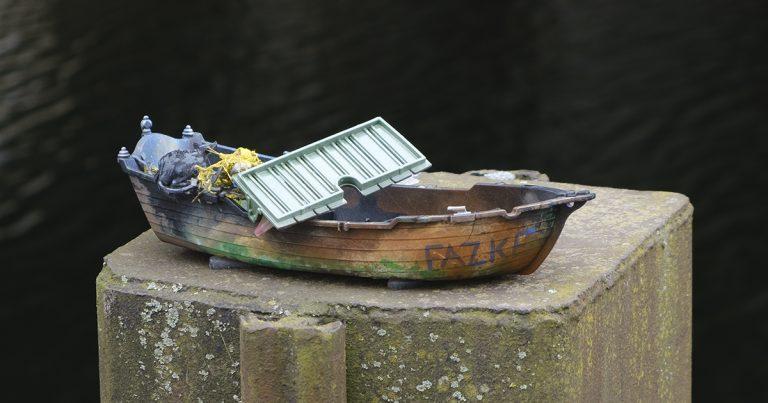 Foto: Spielzeugboot auf Pfosten an der Spree