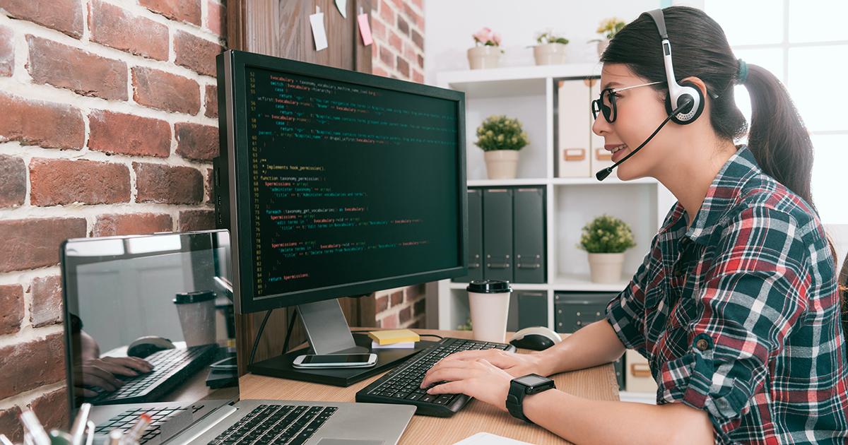 Foto: Junge Frau mit Headset am PC
